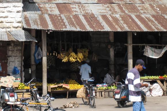 Produce- Fruit-Darajani-Market-stone-town-zanzibar-yellow-bananas