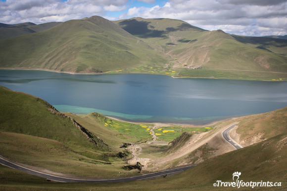 yamdrok-tso-lake-sacred-tibet-pilgrimiage-mountains-turquoise-blue-water-tour