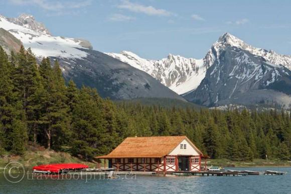 jasper-national-park-maligne-lake-boathouse-mountains-canoe-rental