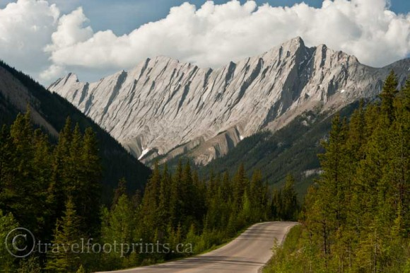 Jasper-national-park-drive-maligne-lake-granite-mountain