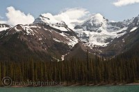 jasper-national-park-maligne-lake-boat-trees-forest-mountains