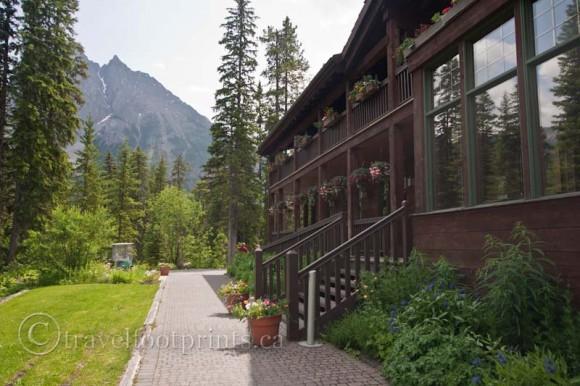 emerald-lake-lodge-walkway-exterior-building-yoho-national-park