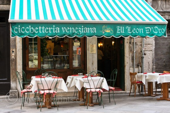 cicchetteria-veneziana-cafe-outdoor-seating-venice-italy-table-chairs