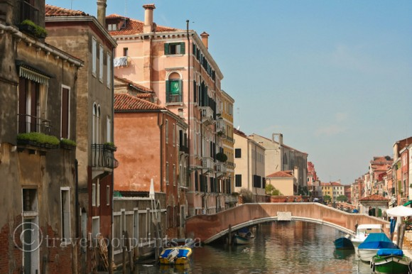 bridge-over-venice-canal-italy-boats