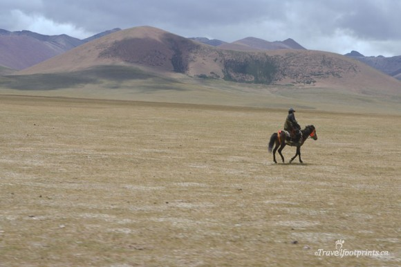 man-riding-horse-tibetan-plateau-mountains-tibet