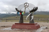 mounument-tibet-hands-raising-to-sky-sculpture-chinese