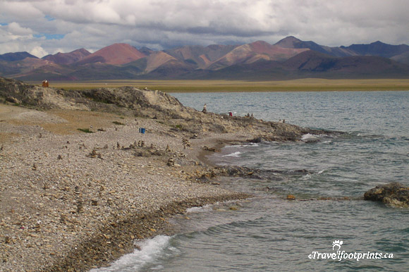 nam-tso-lake-tibet-rocky-shore-mountains