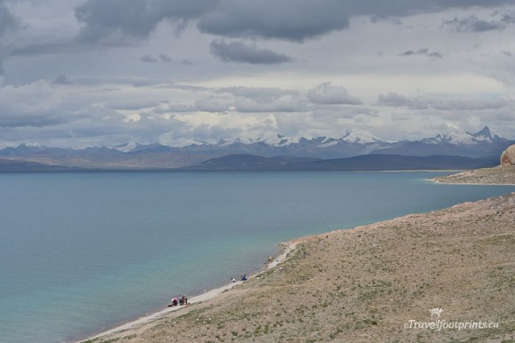 people-at-shoreline-nam-tso-lake-tibet-mountains-blue-water