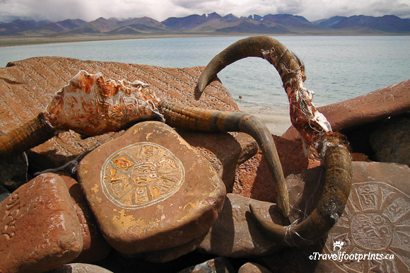 yak-horns-prayer-tablets-nam-tso-lake-tibet