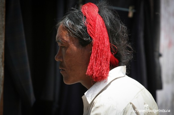 khampa-tibetan-man-wearing-red-tie-in-hair-braid-lhasa